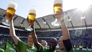 Jugadores del VfL Wolfsburg alemán celebran su triunfo en la liga de fútbol alemana con cervezas, en mayo del 2009.
