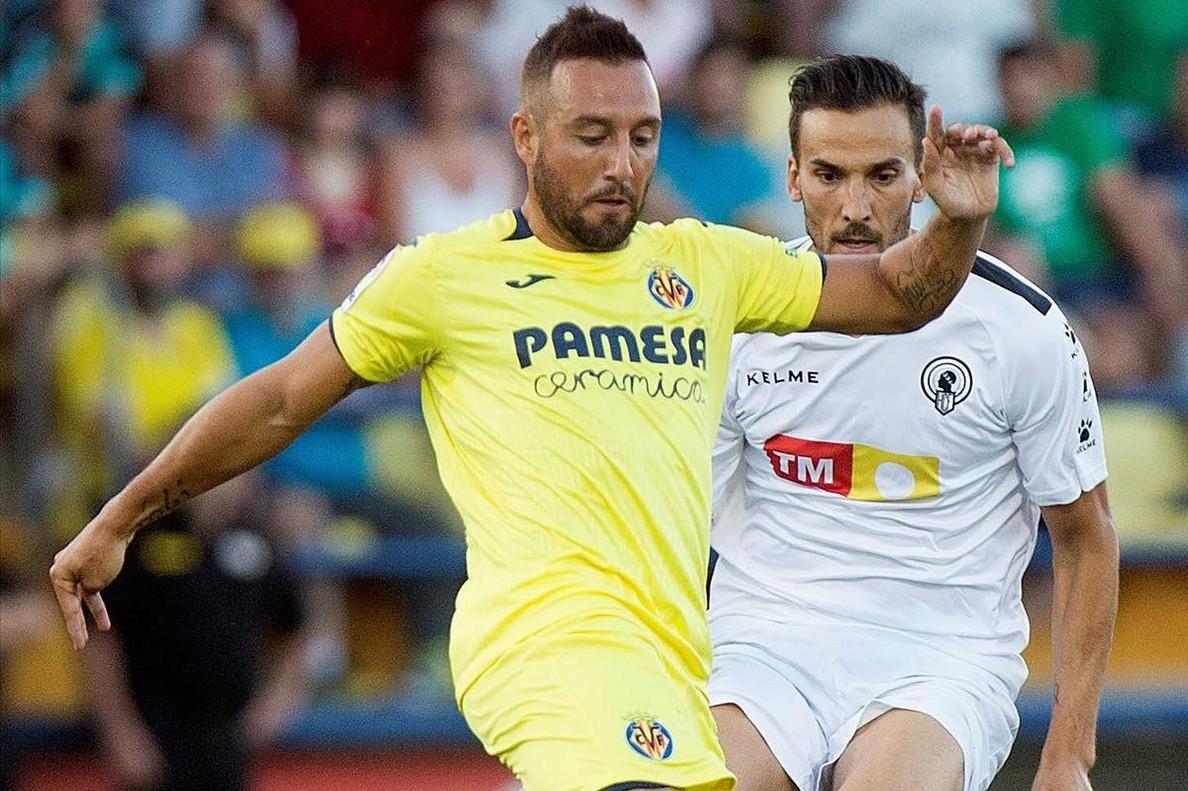 El centrocampista del Villarreal Santi Cazorla reaparece tras casi dos años lesionado durante el encuentro amistoso de pretemporada disputado frente al Hercules