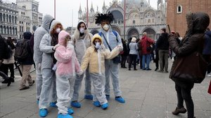 Ciudadanos con mascarillas, en Venecia, donde se han suspendido los carnavales.