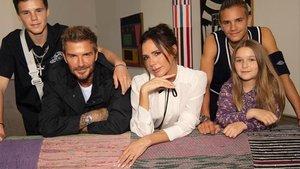 David yVictoria Beckham posan con sus cuatro hijos:Brooklyn, Romeo, CruzyHarper.