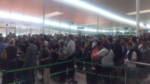 Cola en el control de pasaportes, el pasado lunes, en la T-1.