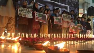 Varios niños participan, el sábado pasado, en un acto en recuerdo de las víctimas de un atentado en un colegio de Quetta que tuvo lugar hace tres años.