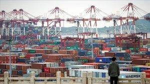 Contenedores cargados conproductos chinos listos para exportar aguardanen el puerto de Shanghái.