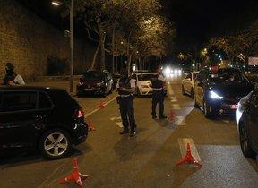 Control policial para velar por el cumplimiento del toque de queda, en Barcelona.