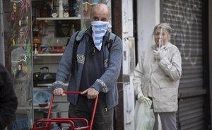 Personas se protegen frente al coronavirus en Argentina.