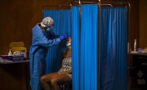 Un voluntario de la ONG Open Arms realiza un test PCR a un paciente en Vilafranca del Penedès.