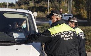 Agentes de la policía local de Girona hacen controles de movilidad en la salida de la AP-7 Girona Oeste.
