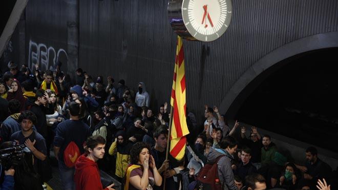Un centenar de estudiantes cortan las vías de la estación de plaza de Catalunya.