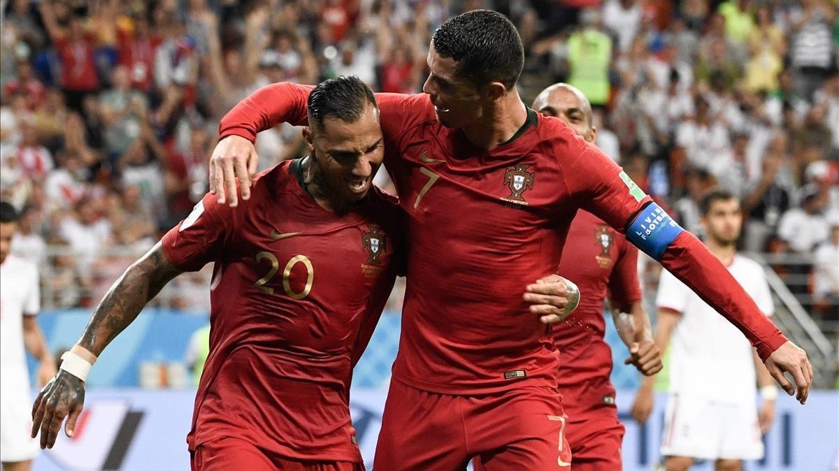 Cristiano felicita a Quaresma por su gol.