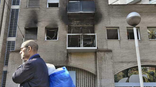 Cuatro heridos graves en un incendio en la VIla Olímpica de Barcelona. Así ha quedado la fachada de la fincatras extinguirse el fuego.