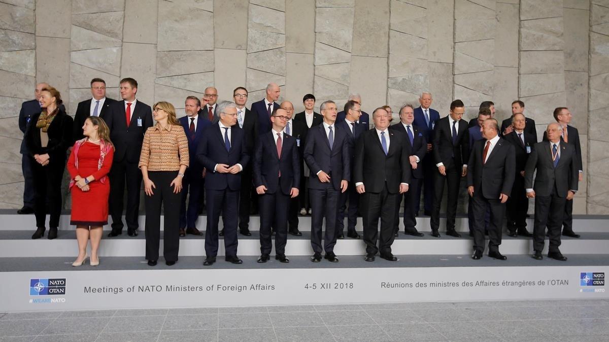 Los ministros de Exteriores de la OTAN posan para una foto de familia durante la cumbreque se celebra en Bruselas