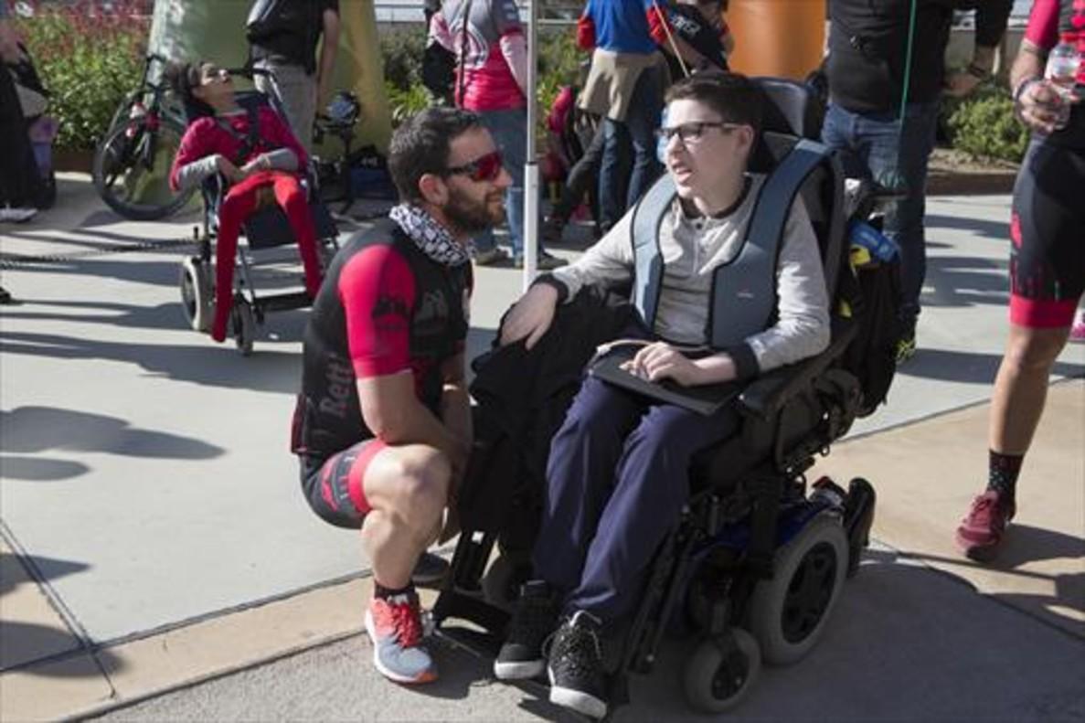Dani Rovira conversa con Martina, una niña con le síndrome de Rett, a las puertasde Sant Joan de Déu.
