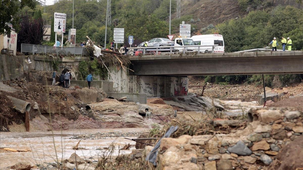 Varios operarios trabajan en L'Espluga de Francolí tras el temporal
