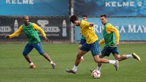 Dídac conduce el balón en un entrenamiento del Espanyol.