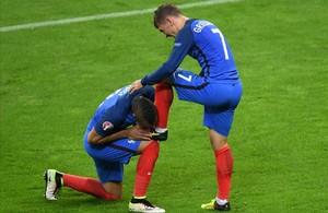 Dimitri Payet besa la bota de su compañero Antoine Griezmann tras el cuarto gol para Francia contra Islandia.