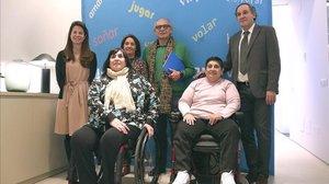 El doctor López Pereira (derecha), junto con otros expertos y pacientes con incontinencia, en Madrid.