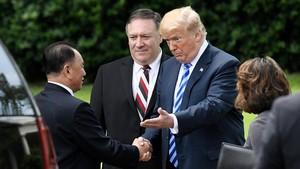 Donald Trump saluda al representante norcoreano, Kim Jong Chol, en Washington.