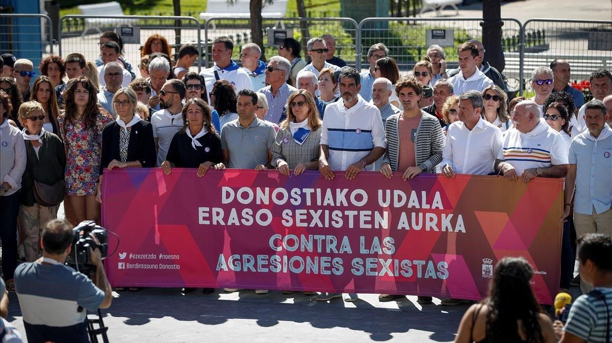 Eneko Goia, alcalde de San Sebastián, en la concentración convocada la mañana de este miércoles para protestar por las agresiones machistas.