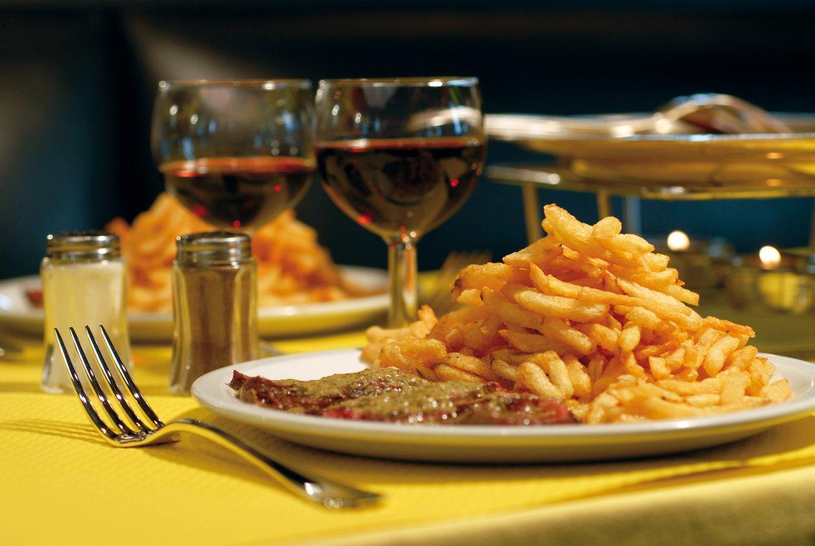 Entrecôtecon patatas fritas, el plato principal.
