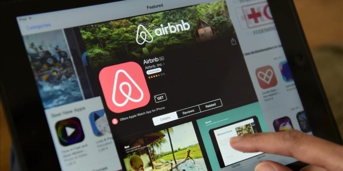 Unusuariode Airbnb consulta ofertas de la plataforma.