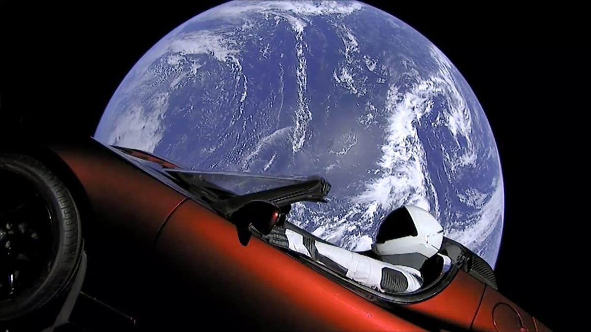 Esta imagen del vídeo proporcionada por SpaceX muestra el traje espacial de la compañía en el auto deportivo rojo Tesla, de Elon Musk, que fue lanzado al espacio durante el primer vuelo de prueba del cohete Falcon Heavy.
