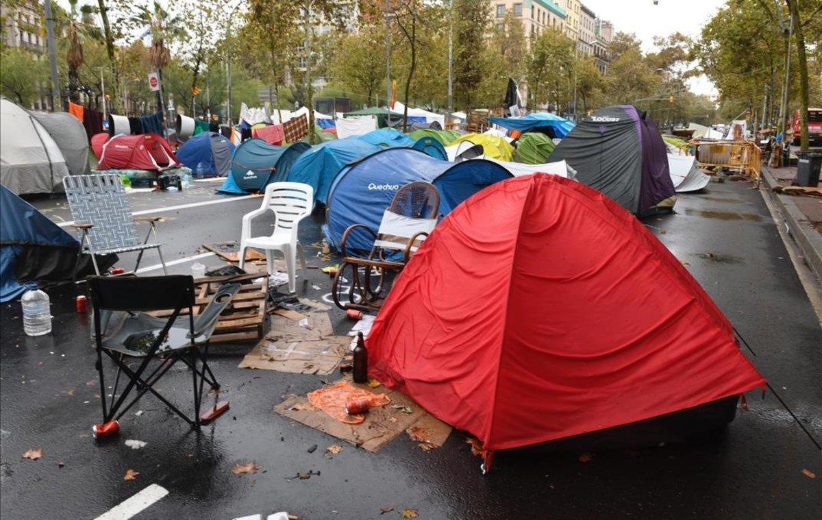Estado de la acampada de la plaza de la Universitat en Barcelona, tras la noche de lluvias.