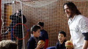 El exjugador Carles Puyol juega con unos niños en el gimnasio del colegio especial Princesa Sofía de Madrid (2015)