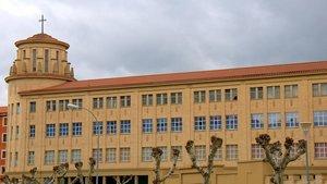 Fachada del Colegio Santa María la Real, de los Maristas, en Pamplona.