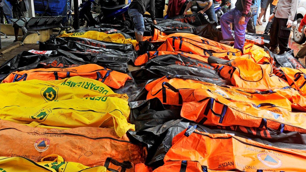 Las autoridades indonesias han impovisado morgues en Carita.