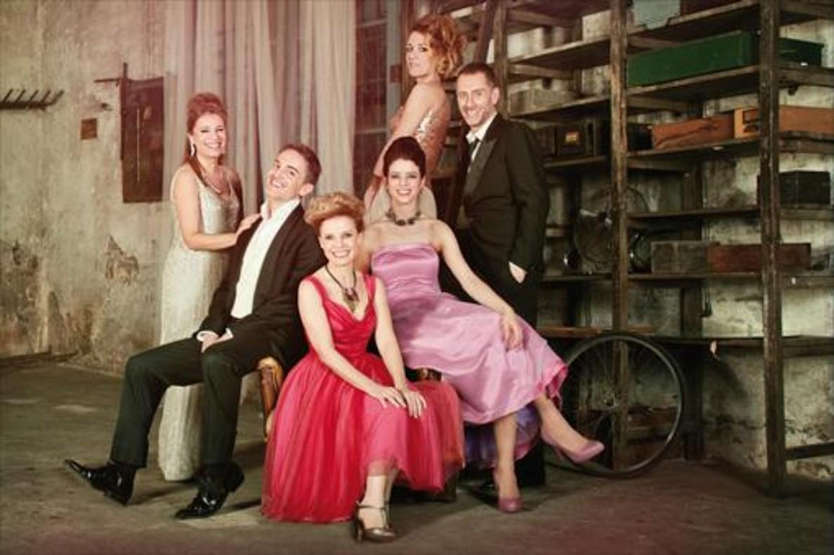 Los protagonistas de Els tres aniversaris, que presenta La Villarroel, en una imagen promocional.