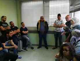 Fátima Taleb, la concejala de participación y convivencia del Ayuntamiento de Badalona, visita los encerrados.