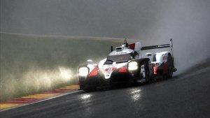 Fernando Alonso conduce el Toyota en Spa.