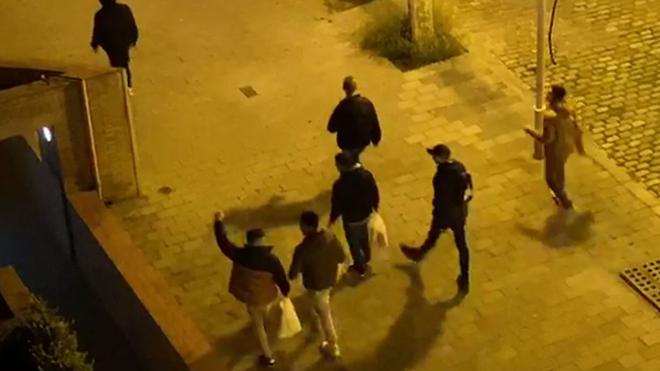 De fiesta con el coronavirus en el Port Olímpic de Barcelona.