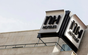 El logo del grupo NH Hoteles, visto desde la terraza de uno de sus hoteles en la ciudad de Madrid.