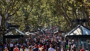 La Rambla de Barcelona, llena de gente paseando.