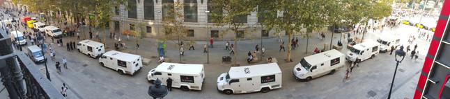 Furgones del Banco de España en la plaza de Catalunya, este viernes.