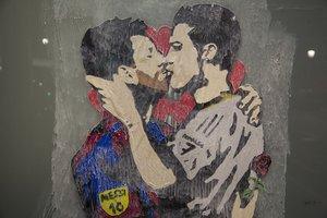 El grafitero TVBoy plantó a Messi y Ronaldo besándose, en el Passeig de Gràcia, en el 2017.