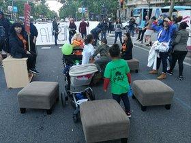 Activistas contra la especulación inmobiliaria ocupa la Gran Via de Barcelona con muebles viejos, este sábado por la tarde.
