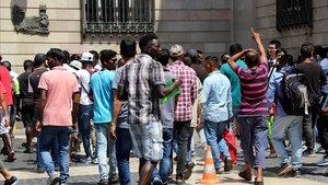 Grupo de manteros abandonando la concentración en Plaza Sant Jaume.