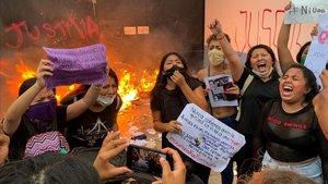 Grupos feministas protestan este lunespor los feminicidios de dos mujeres el pasado fin de semana en Cancún, en el sueste de México.