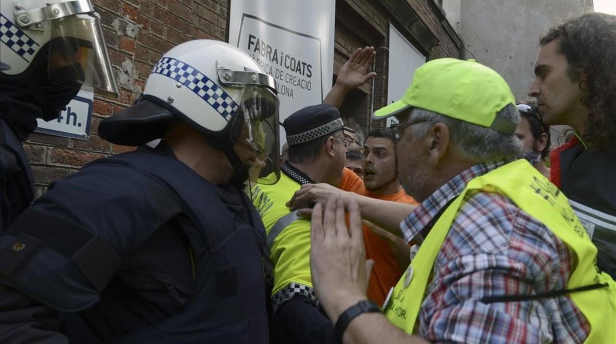 La policía blinda el 'casal' L'Harmonia en mayo del 2014 para intentar evitar que entraran los vecinos que llevaban años peleando su construcción.