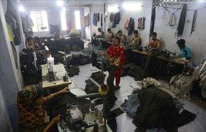 El interior de una fábrica de Bangladés, el segundo país con el sueldo más precario de la industria textil.