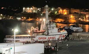 Lampedusa (Italy), 20/08/2019.- The Spanish humanitarian ship 'Open Arms', with migrants on board, arrives in Lampedusa island, southern Italy, 20 August 2019. An Italian public prosecutor has ordered the confiscation of the migrant ship Open Arms, carrying some 140 migrants, and the evacuation of migrants on board to the island of Lampedusa on 20 August 2019 after inspecting the boat, according media reports. (Abierto, Italia, Estados Unidos) EFE/EPA/ELIO DESIDERIO BEST QUALITY AVAILABLE