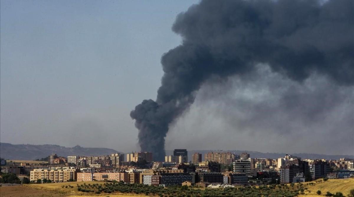 Aspecto de la gran columna de humo provocada por el incendio sobre el municipio de Chiloeches, en Guadalajara, el viernes.