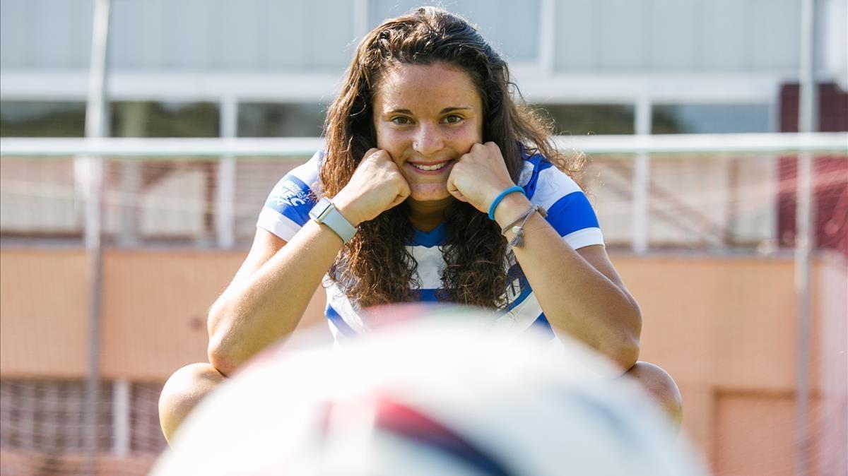 Laura Casanovas, en el campo de fútbol de Sant Llorenç Savall, con el uniforme de la universidad de EEUU en la que jugaba.