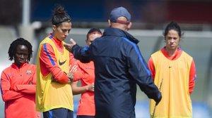 Jenni Hermoso escucha órdenes de Xavi Llorens en su primera etapa en el Barça, que acabó en el 2017.