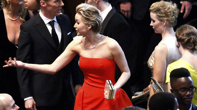 Jennifer Lawrence se cae en la alfombra roja de los Oscar 2014