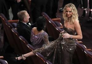 La actriz Jennifer Lawrence, relajada, copa en mano.