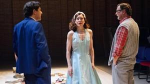 Abel Folk (izquierda), Àngels Bassas y Àlex Casanovas en una escena de 'Diumenge', de Joan Brossa, en La Seca.