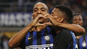 Joao Mario, felicitado por Dalbert, celebra el gol marcado con el Inter al Genoa.